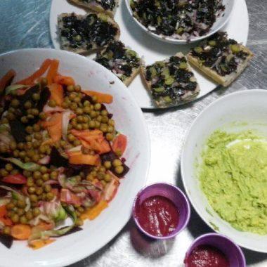 Tagliatelles de légumes, pois chiches grillés et pesto d'avocat